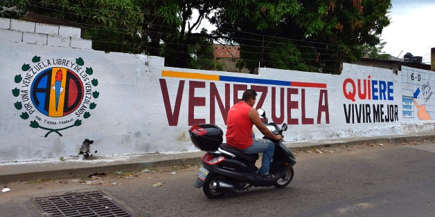 ATENCION ACOMPANA NOTA DE VALENTINA OROPEZA A graffiti with electoral propaganda on a wall at 'La Invasion' low-income neighborhood in San Antonio, Tachira state, in the border with Colombia on November 28, 2015.  AFP  PHOTO/GEORGE CASTELLANOS / AFP / George CASTELLANOS        (Photo credit should read GEORGE CASTELLANOS/AFP/Getty Images)