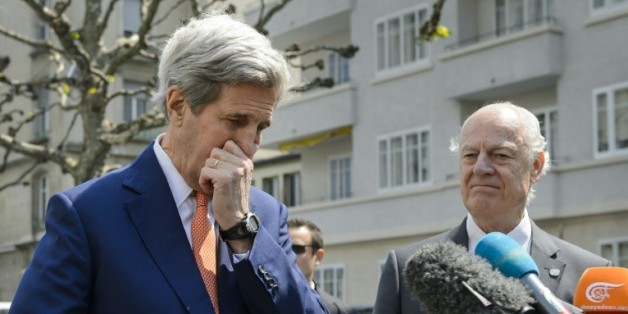 Le secrétaire d'Etat américain John Kerry (g) et l'envoyé spécial de l'ONU pour la Syrie, Staffan de Mistura lors d'un point de presse à Genève, le 2 mai 2016