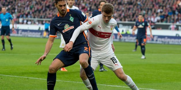 Der Stuttgarter Timo Werner spielt gegen den Bremer Santiago Garcia
