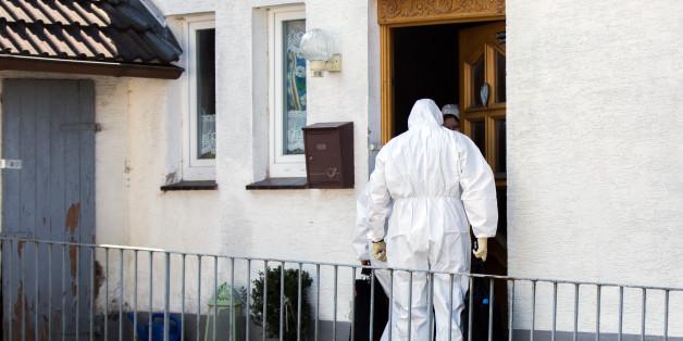 Ermittler durchsuchen das Haus der Verdächtigen in Höxter
