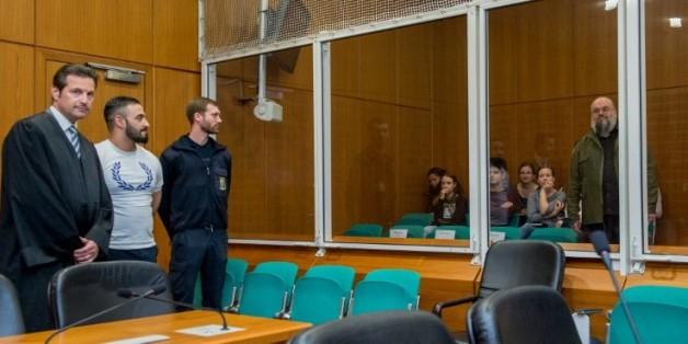 Aria L (2e g) avec son avocat Andreas Bensch (g) regarde vers un ancien terroriste Bernhard Falk (d), à l'ouverture de son procès à Francfort, le 3 mai 2016