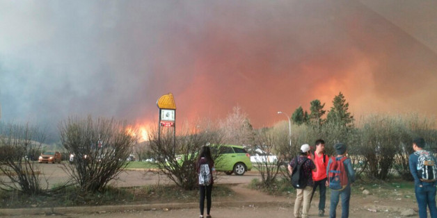 Students from Fort McMurray Composite High School are released early as wildfire burns nearby in Fort McMurray, Alberta May 3, 2016. An uncontrolled wildfire burning near Fort McMurray in northern Alberta, the heart of Canada's oil sands region, has forced the evacuation of nearly all the city's 80,000 residents, local authorities said on May 3, 2016.   Courtesy Kangeun Lee/Handout via REUTERS. TPX IMAGES OF THE DAY.  ATTENTION EDITORS - THIS IMAGE WAS PROVIDED BY A THIRD PARTY. EDITORIAL USE ON