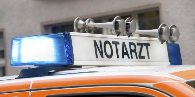 Unbekannter zersticht Reifen an Notarztwagen - Patient stirbt
