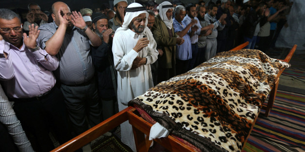 ATTENTION EDITORS - VISUALS COVERAGE OF SCENES OF DEATH OR INJURY Mourners offer prayers for the dead body of Palestinian woman Zena Al Omor, whom hospital officials said was killed by fragments of an Israeli tank shell, during her funeral in the southern Gaza Strip May 5, 2016. REUTERS/Ibraheem Abu Mustafa