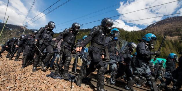 Schwere Ausschreitungen bei Demonstration gegen Grenzkontrollen am Brenner
