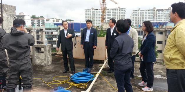 남유진 경북 구미시장(왼쪽 두 번째)이 11일 '물탱크 시신'이 발견된 아파트를 찾아가 대책회의를 열고 있다.