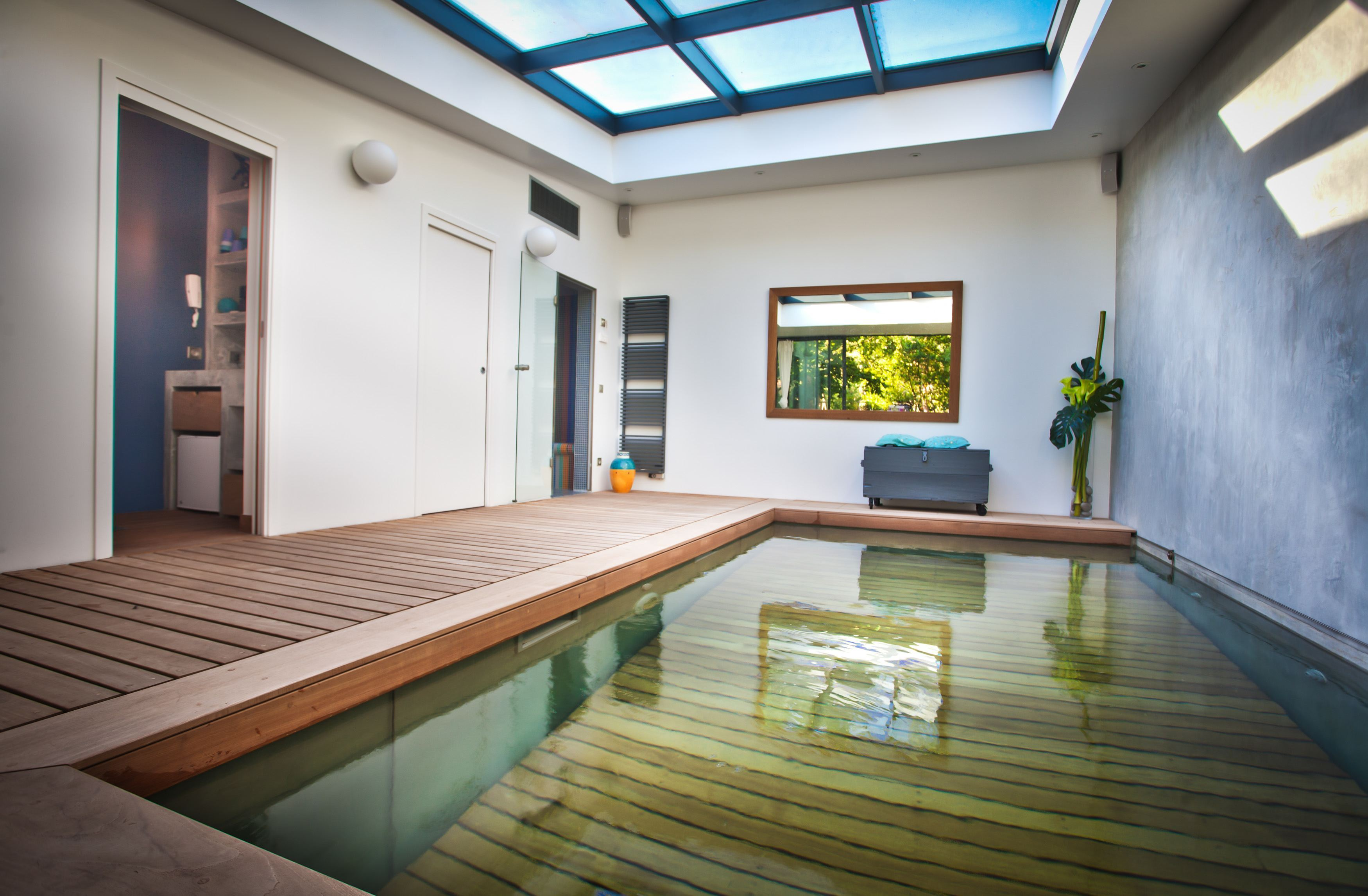Photos cette piscine couverte donne envie de s 39 installer for Interieur original maison