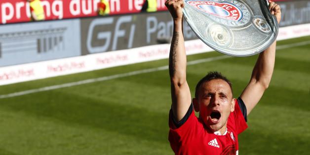 Bayern Münchens Rafinha freut sich bereits über die Meisterschale - am 14. Mai bekommt er sie in echt