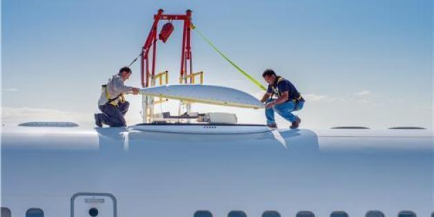 하니웰의 실험용 B757 항공기에 '제트웨이브' 하드웨어를 설치하는 엔지니어들 (사진제공: 하니웰 에어로스페이스)