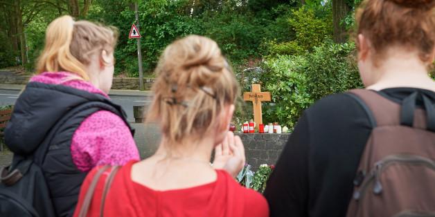 Junge Frauen stehen vor dem Kreuz an der Stelle, an der Niklas P. attackiert wurde