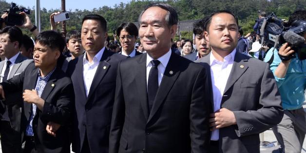 박승춘 국가보훈처장이 18일 오전 광주 국립5·18민주묘지에서 열린 5·18 민주화운동 36주년 기념식에 참석하려다 유족들의 거센 항의를 받고 행사장을 떠나고 있다.