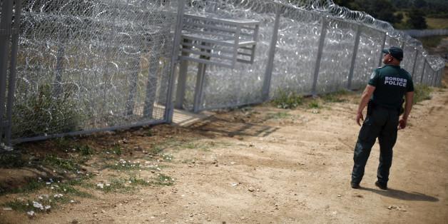Ein bulgarischer Grenzpolizist am neu errichteten Zaun an der Grenze zur Türkei