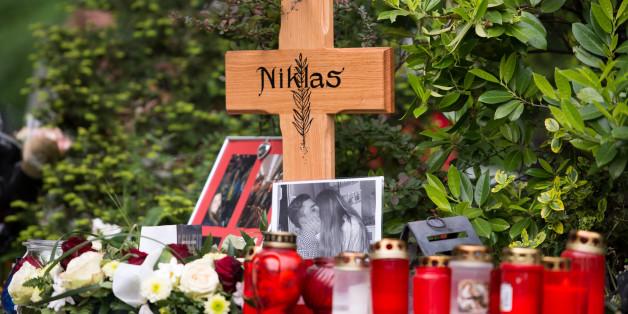 Menschen gedenken an der Stelle, an der Niklas P. zu tode geprügelt wurde.