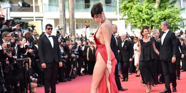 La robe de Bella Hadid laisse apparaître une bonne partie de sa peau nue sur le tapis rouge de Cannes