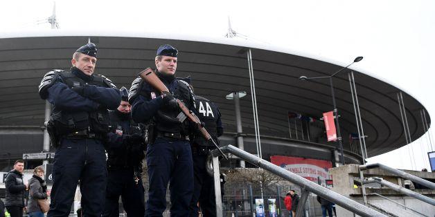 Zwei Polizisten vor dem Stade de France in Saint-Denis, im Norden von Paris