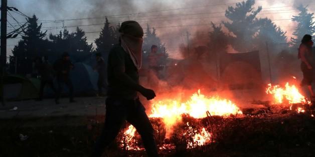 Idomeni: Flüchtlinge wollen Grenzzaun einreißen, Polizei setzt Blendgranaten ein