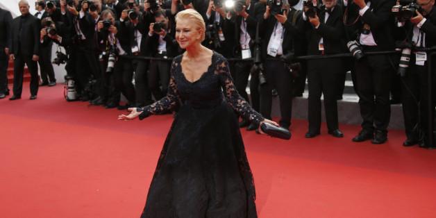 Helen Mirren chute tout en haut des marches de Cannes