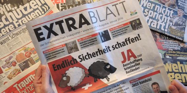 """Mit einem kostenlosen """"Extrablatt"""" wirbt die Schweizerische Volkspartei (SVP) am 08.02.2016 in Basel, für ihre Volksinitiative zur Ausweisung krimineller Ausländer"""