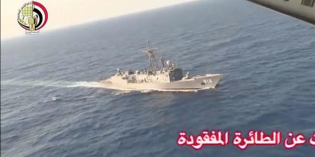 Un navire de la marine égyptienne en opération de recherche de l'avion d'EgyptAir