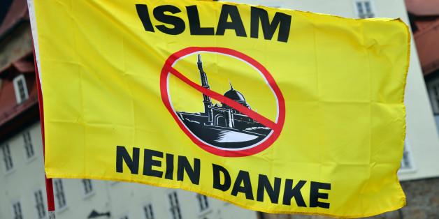 """Eine Fahne mit der Aufschrift """"Islam nein Danke"""" weht am 18.05.2016 auf dem Domplatz in Erfurt (Thüringen) bei einer Kundgebung der Alternative für Deutschland (AfD) gegen die Asyl- und Integrationspolitik von Bundes- und Landesregierung."""