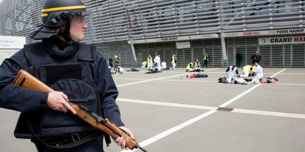 Ein französischer Polizist bei einer Terrorübung vor dem Stadion in Lille