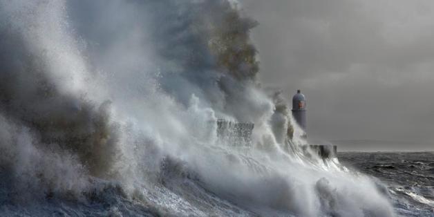 So beeindruckend trotzt ein Leuchtturm Monsterwellen