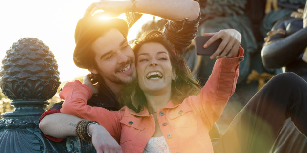 Ein Paar macht ein Selfie in Paris.
