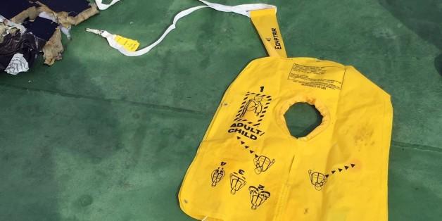 Einige Wrackteile und persönliche Gegenstände der Passagiere des verunglückten EgyptAir-Flugs MS804 nordlich von Alexandria, Ägypten.