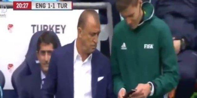 Le selectionneur turc Fatih Terim montre son téléphone au quatrième arbitre le 22 mai à l'Etihad Stadium de Manchester