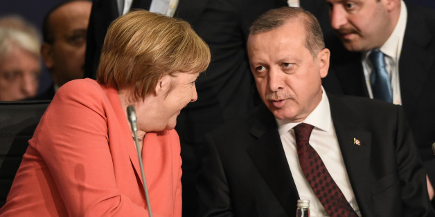 German Chancellor Angela Merkel (L) chats with Turkish President Tayyip Erdogan during the World Humanitarian Summit in Istanbul, Turkey, May 23, 2016. REUTERS/Ozan Kose/Pool