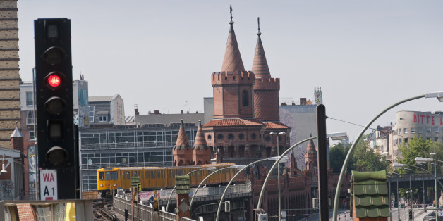 Die Oberbaumbrücke an der Warschauer Straße in Berlin