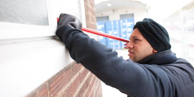 Ein Einbrecher bei der Arbeit (gestelltes Symbolbild)