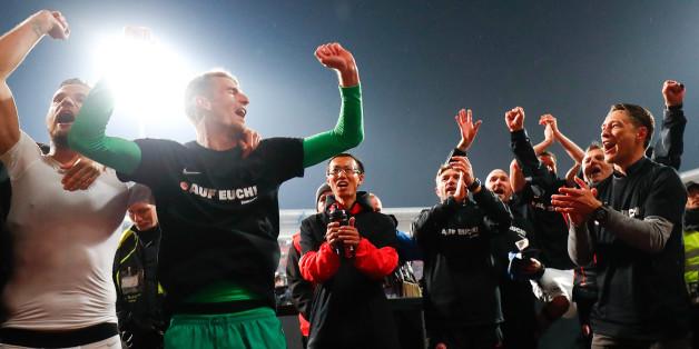 Eintracht Spieler feiern ihren Klassenerhalt nach dem Relegationssieg gegen Nürnberg