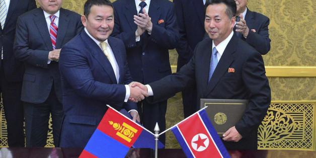 북한과 몽골의 대표들이 2013년 10월 평양에서 협력조약을 체결하는 모습