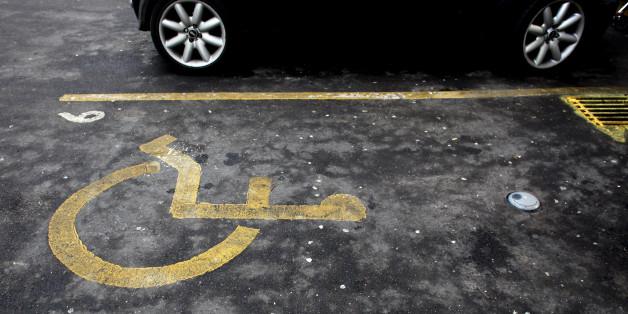 Frau stellt ihr Auto auf dem Behindertenparkplatz ab - und findet diesen Zettel