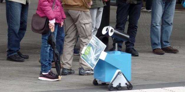 Dieser kleine Roboter setzt jetzt die Nichtraucher-Zone am Königsplatz in Augsburg durch