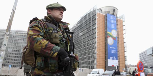 Nach den Terroranschlägen von Brüssel sichert ein Soldat den Sitz der Europäischen Kommission