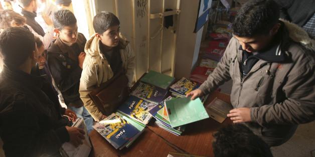 Schulbücher werden an libysche Kinder verteilt