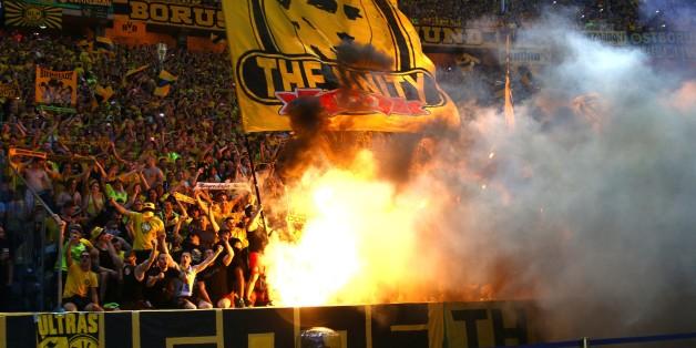 BVB-Fans entzünden während des Pokalfinales bengalische Feuer