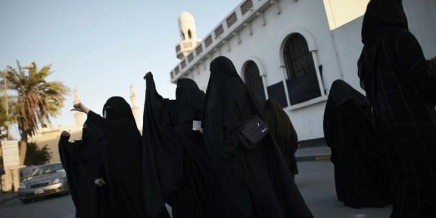 Des femmes manifestent dans le village de Daih, au Bahreïn, le 4 janvier 2016, après l'exécution du dignitaire et opposant chiite Nimr al-Nimr par les autorités saoudiennes