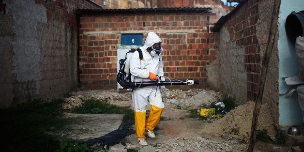 Ein Arbeiter reinigt eine vom Zika-Virus kontaminierte Stelle in Brasilien