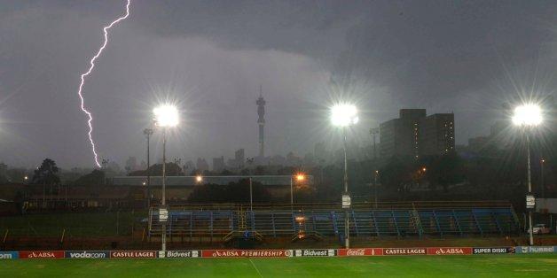 Blitzeinschlag nahe einem Stadion in Südafrika. Ähnlich muss sich das Geschehen in Rheinland-Pfalz ereignet haben.