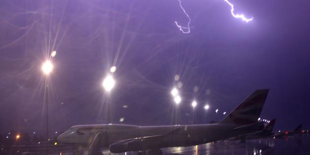 Ein Flugzeug, das durch Gewitter gezwungen ist, am Boden zu bleiben (Symbolfoto)