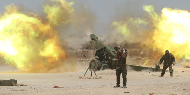 Shi'ite fighters fire artillery during clashes with Islamic State militants near Falluja, Iraq, May 29, 2016.  REUTERS/Alaa Al-Marjani