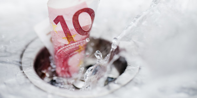 Ten euro bank note and splashing wáter down the drain