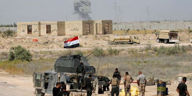 Iraqi security forces gather near Falluja, Iraq, May 31, 2016.  REUTERS/Thaier Al-Sudani