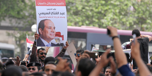 Pro-government protesters hold poster of Egyptian President Abdel Fattah al-Sisi and shout slogans against journalists in front of the Syndicate of Journalists, in Cairo, Egypt May 4, 2016. REUTERS/Staff