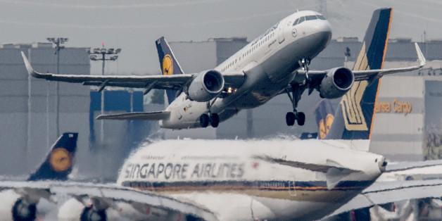 Eine Passagiermaschine startet am Flughafen Frankfurt