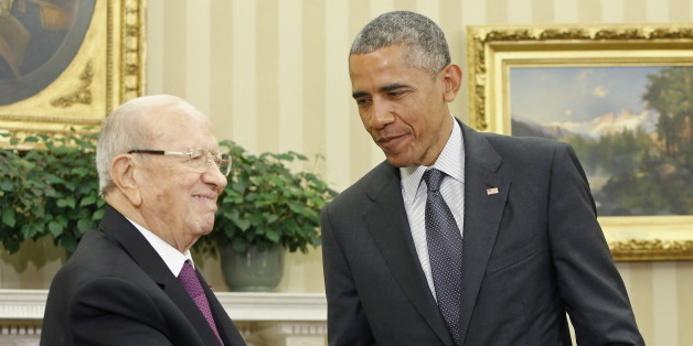 U.S. President Barack Obama (R) shakes hands with Tunisia's President Beji Caid Essebsi in the Oval Office after their meeting at the White House in Washington May 21, 2015.  REUTERS/Jonathan Ernst