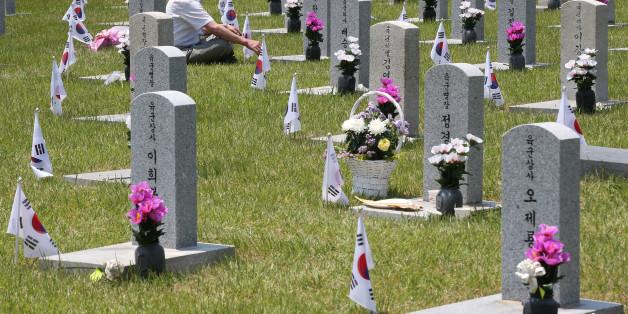 현충일을 하루 앞둔 5일 서울 동작구 국립현충원을 찾은 시민들이 묘역을 참배하고 있다